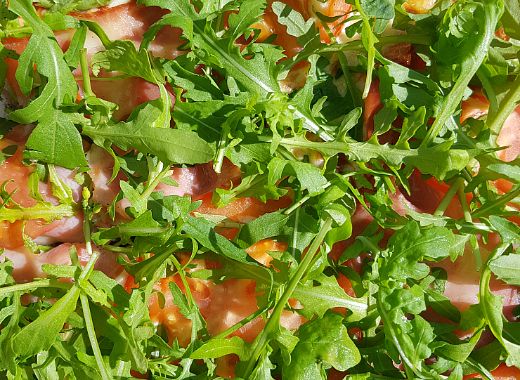 Trattoria Azur Ljubljana, hemp dough pizza with rocket and tomatos